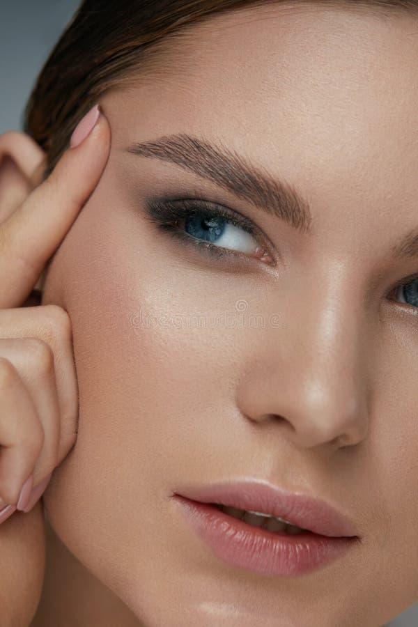 Макияж стороны красоты Женщина с красивыми глазами и бровями стоковые изображения rf