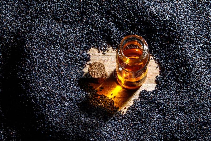 Маковые семенена и масло стоковые фотографии rf