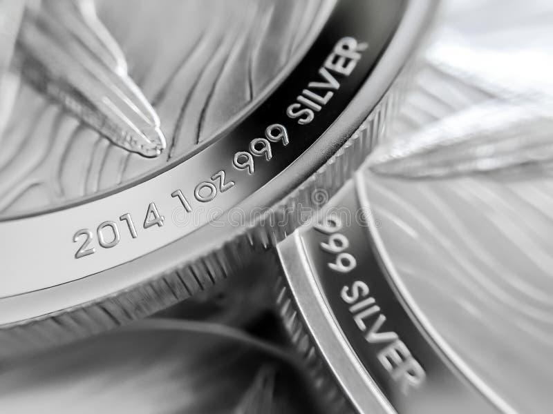 Макрос близкий вверх чисто серебряных весовых монет стоковое фото rf
