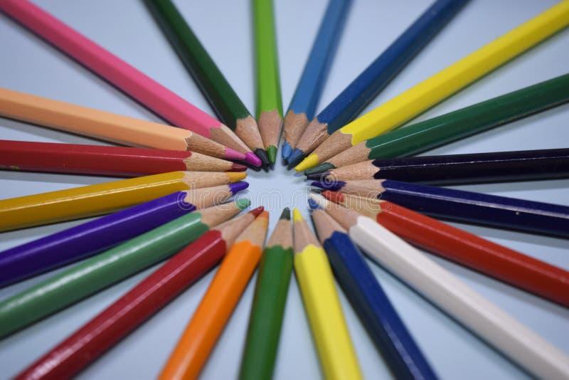 Макрос карандашей группы сложенных в цветах радуги в круге стоковые изображения