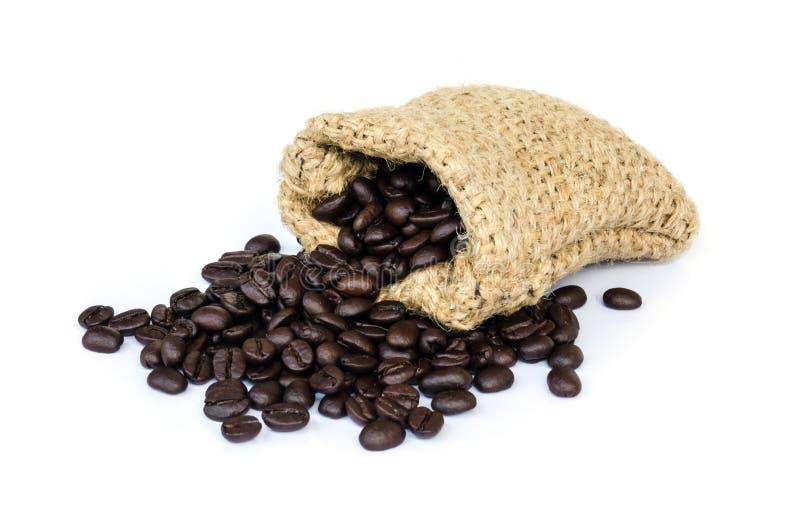 Download макрос кофе завтрака фасолей идеально изолированный над белизной Стоковое Изображение - изображение насчитывающей armoring, листья: 40589629