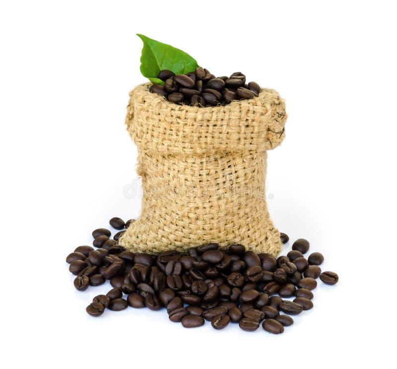 Download макрос кофе завтрака фасолей идеально изолированный над белизной Стоковое Фото - изображение насчитывающей урожай, вполне: 40589640