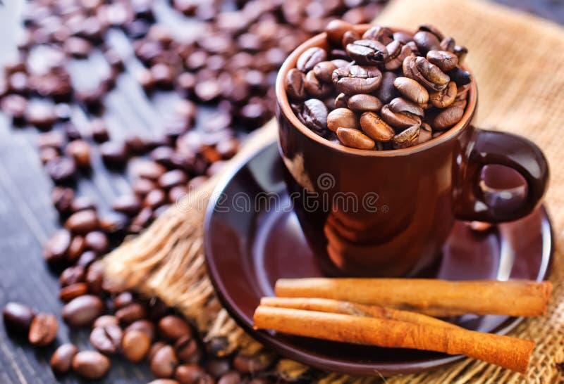 Download макрос кофе завтрака фасолей идеально изолированный над белизной Стоковое Изображение - изображение насчитывающей java, brougham: 40592133
