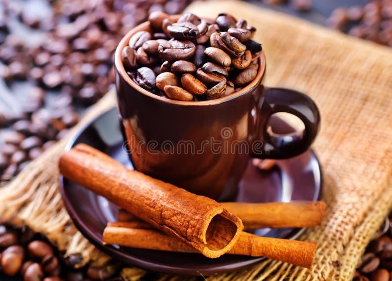 Download макрос кофе завтрака фасолей идеально изолированный над белизной Стоковое Изображение - изображение насчитывающей кофе, урожай: 40592141
