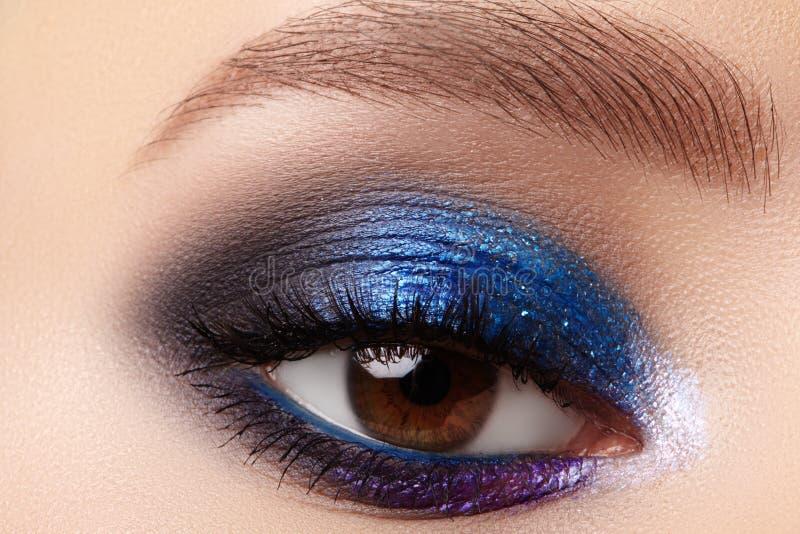 Макрос крупного плана макияжа моды женщины глаз Брауна Мода празднует макияж, идеальные формы бровей r стоковые фото