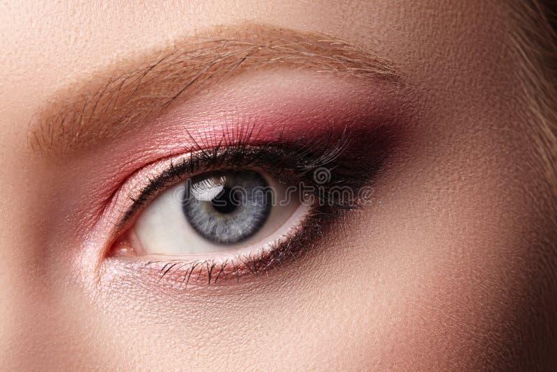 Макрос крупного плана стороны женщины с глазами макетирует Мода празднует макияж, кожу Glowy чистую Тени для век лета розовые стоковые изображения rf