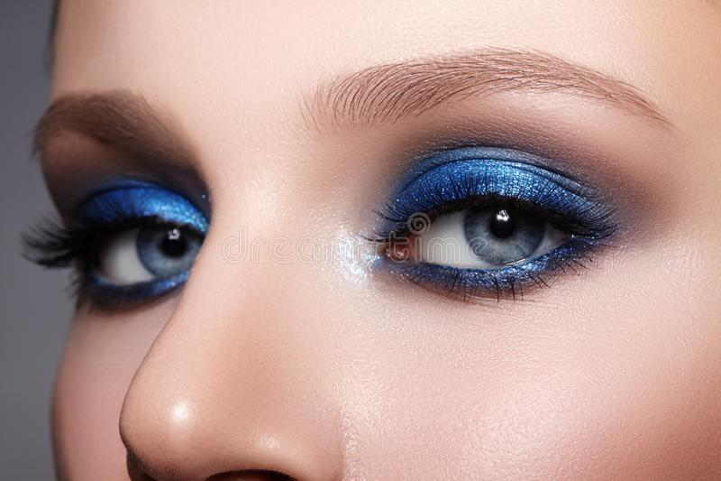 Макрос крупного плана стороны женщины с голубыми глазами макетирует Мода празднует макияж, кожу Glowy чистую, идеальные формы чел стоковые фотографии rf