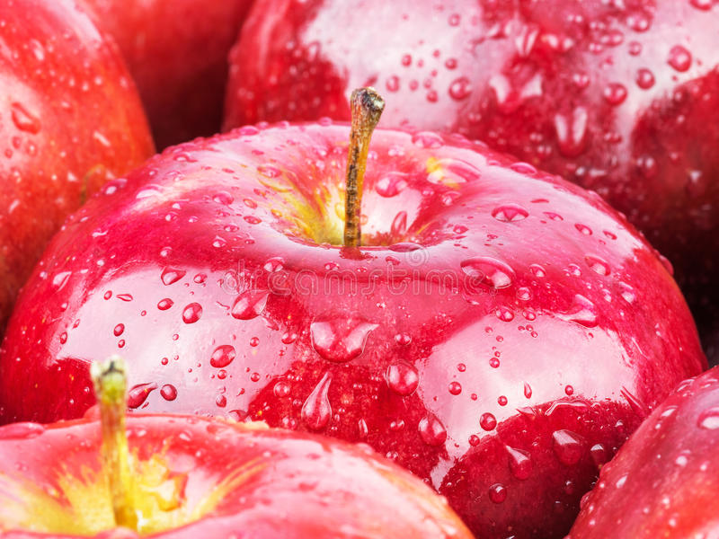 Макрос свежих красных влажных яблок стоковая фотография