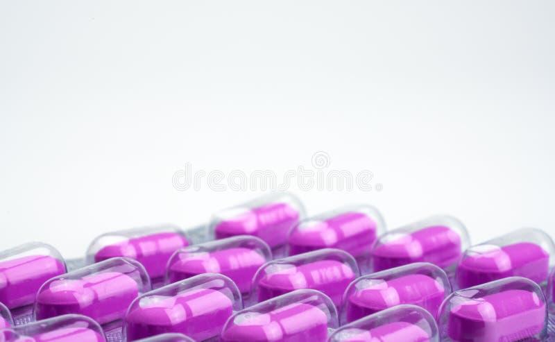 Макрос снял фиолетовых пилюлек caplets в пакете волдыря на белой предпосылке Слабый умерить управление боли Медицина обезболивающ стоковые изображения