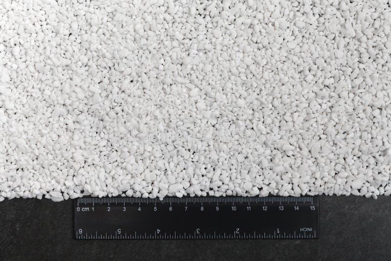 Макрос снятый смешанного химиката, искусственных зерен удобрения завода азота в фабрике Большие кучи минеральных лепешек стоковое фото