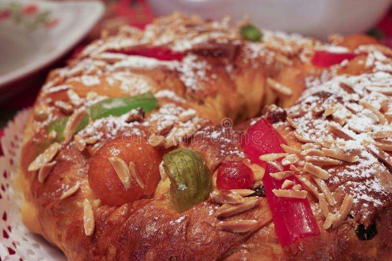 Макрос bolo-rei, традиционного португальского торта в рождестве, показывая различные выкристаллизовыванные и высушенные плоды стоковая фотография rf
