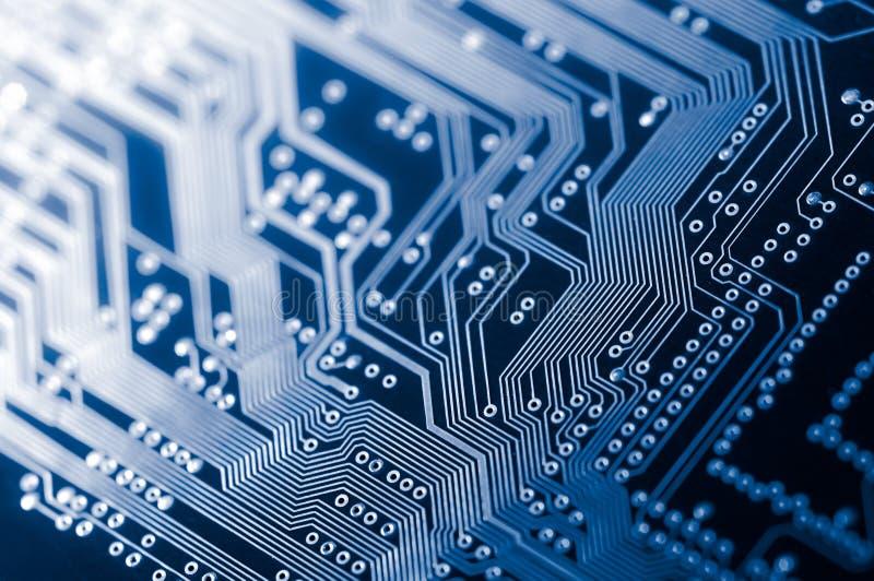 Макрос pcb монтажной платы радиотехнической схемы в сини стоковое изображение