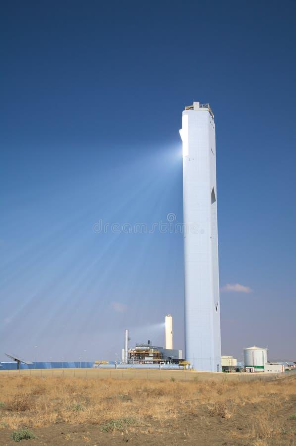 максимум лучей отражает солнечную башню стоковое изображение