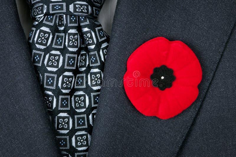Мак день памяти погибших в первую и вторую мировые войны на костюме стоковые фотографии rf