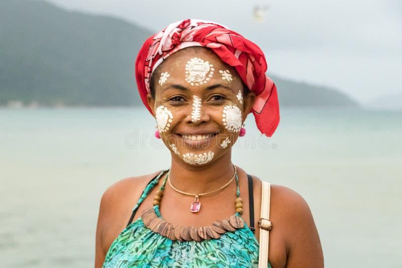 Малагасийская женщина с ее покрашенной стороной, традиция Vezo-Sakalava, любопытная, Мадагаскар стоковые изображения