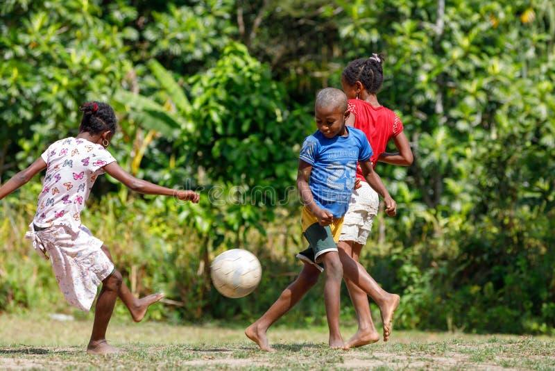 Малагасийские дети играют футбол, Мадагаскар стоковая фотография