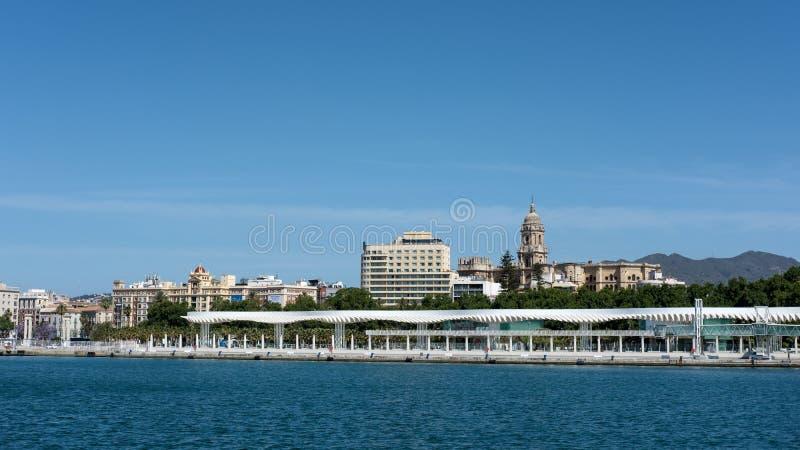 МАЛАГА, ANDALUCIA/SPAIN - 25-ОЕ МАЯ: Взгляд горизонта Малаги внутри стоковое фото rf