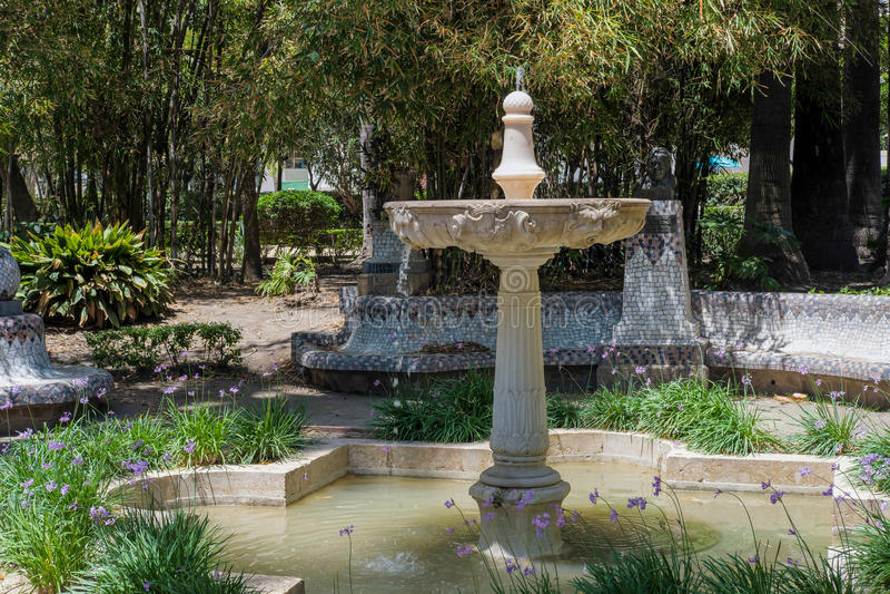 МАЛАГА, ANDALUCIA/SPAIN - 25-ОЕ МАЯ: Фонтан в парке в Малаге стоковые изображения
