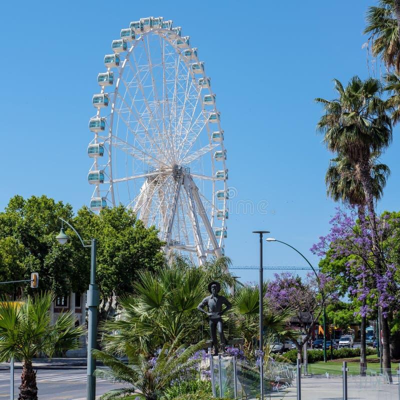МАЛАГА, ANDALUCIA/SPAIN - 25-ОЕ МАЯ: Operating колеса Ferris гиганта стоковые изображения rf