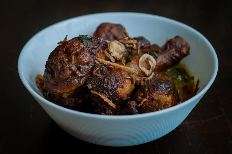 Малайзийское блюдо Ayam Masak Kicap или глубокой жареной курицы в черной подливке сои в белом шаре стоковые изображения