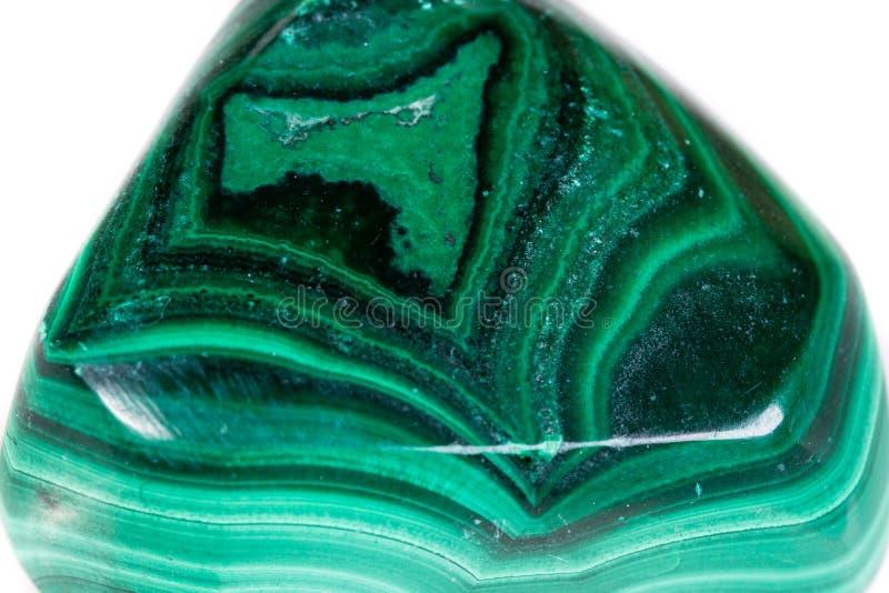 Малахит макроса минеральный каменный на белой предпосылке стоковая фотография