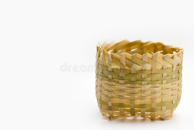 Малая бамбуковая корзина на белой предпосылке стоковое изображение