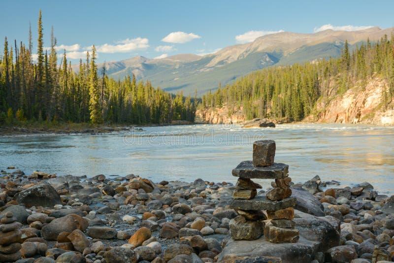 Малая башня утеса около реки в скалистых горах стоковое изображение rf