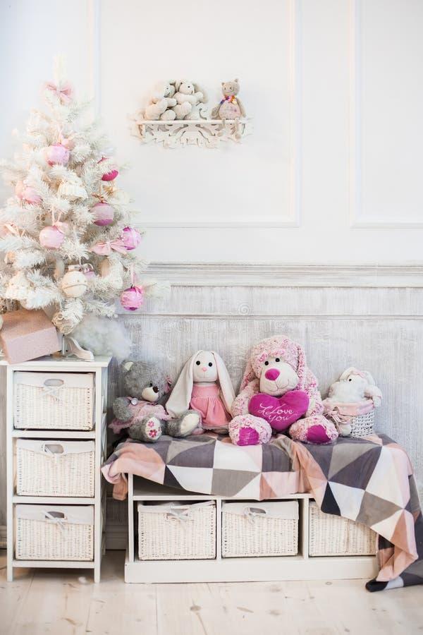 Малая белая украшенная рождественская елка стоковая фотография