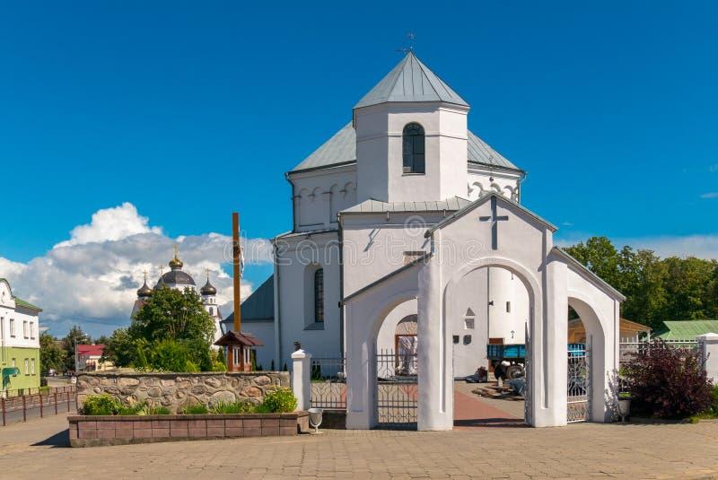 Малая белая церковь с виском и голубым ясным небом стоковые изображения