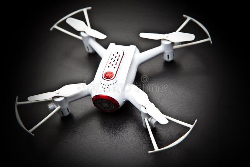 Малая белизна работы студии робота трутня Quadrocopter стоковое изображение
