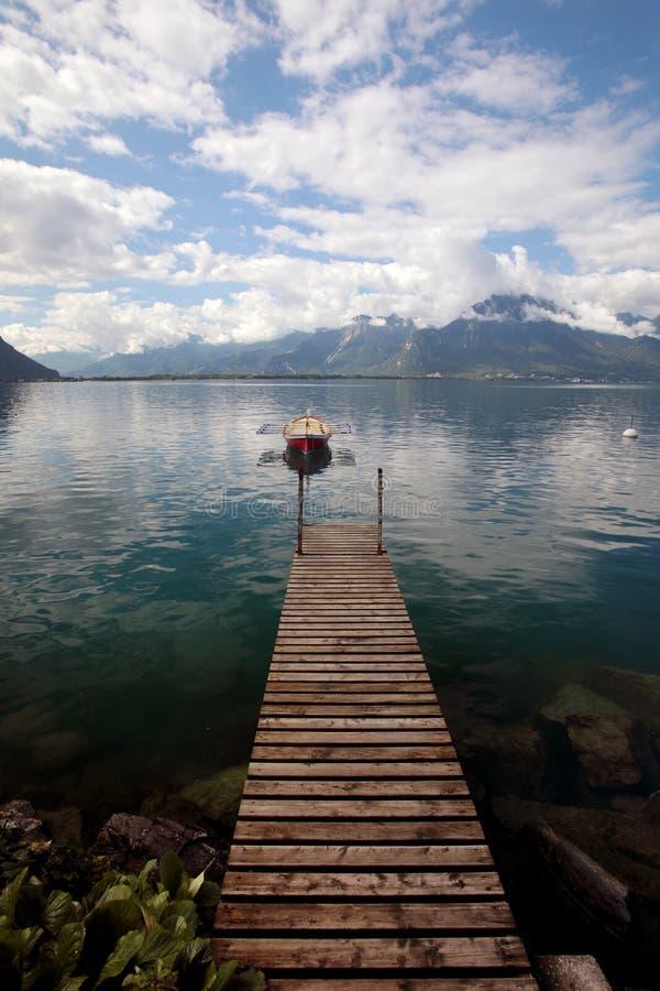 Малая весельная лодка причаленная на женевском озере в Швейцарии стоковое фото rf