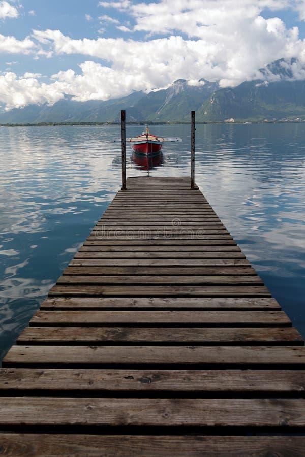 Малая весельная лодка причаленная на женевском озере в Швейцарии стоковое фото