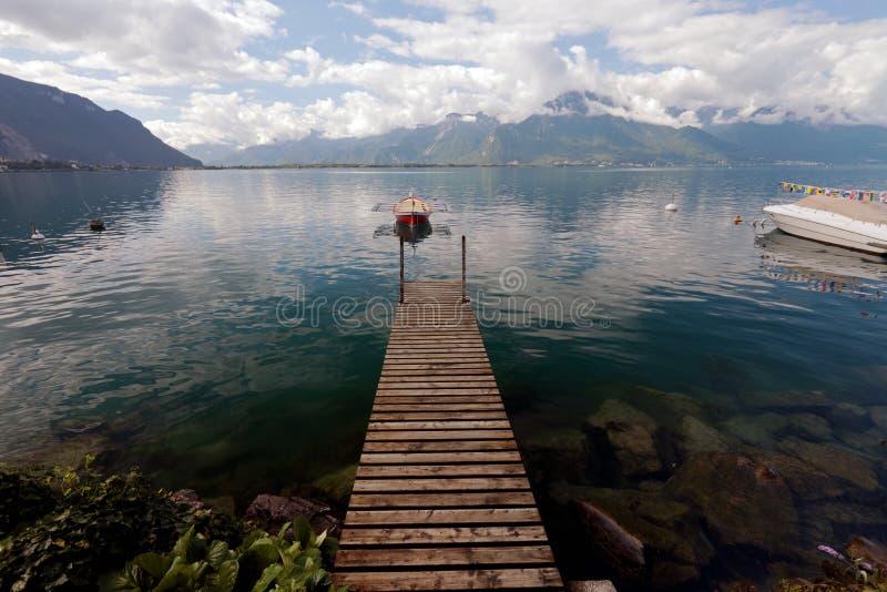 Малая весельная лодка причаленная на женевском озере в Швейцарии стоковое изображение