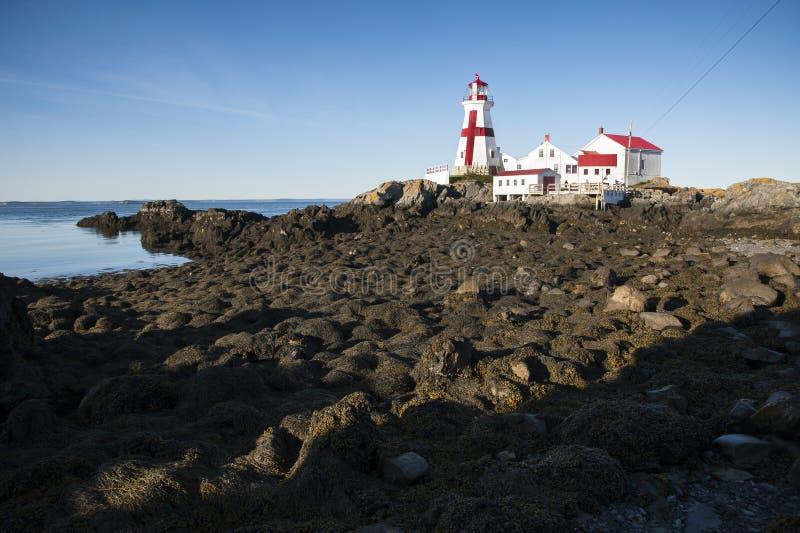 Малая вода на головном маяке гавани с Красным Крестом стоковое фото