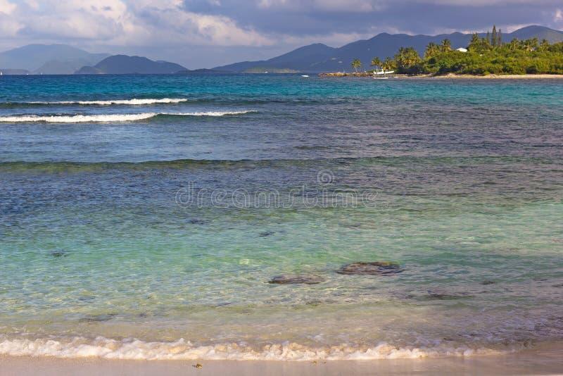 Малая вода на заходе солнца на пляже Lindquist на острове St. Thomas, USVI стоковые фотографии rf