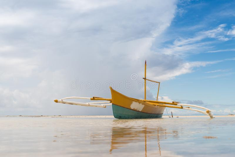 Малая вода Seashore со старым видом спереди шлюпки стоковое фото rf
