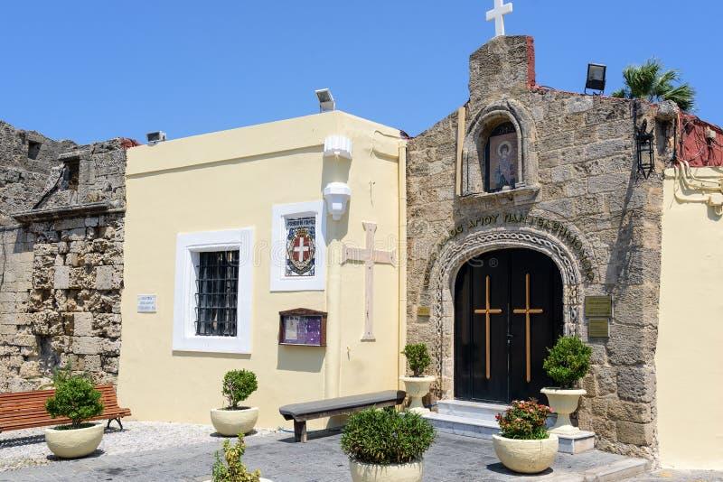 Малая греческая церковь установила в стене старой крепости в городке Родоса на острове Родоса стоковые изображения
