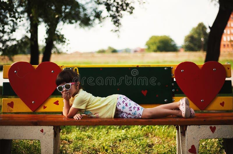 Малая девушка на стенде стоковая фотография rf