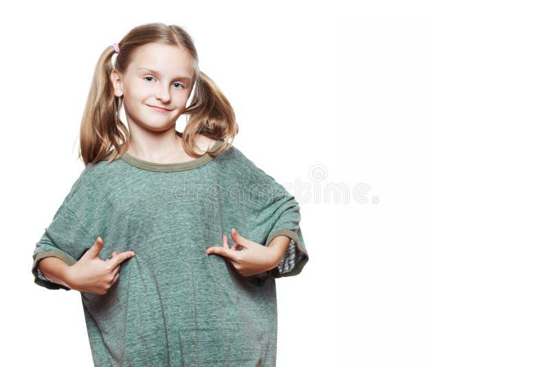 Малая девушка нося слишком большой тенниску. стоковое изображение