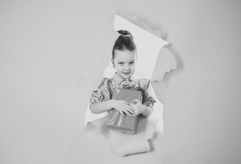 Малая девушка с пакетом покупок, черной пятницей День рождения и рождество Детство и счастье, подарочная коробка Девушка ребенка стоковое фото rf