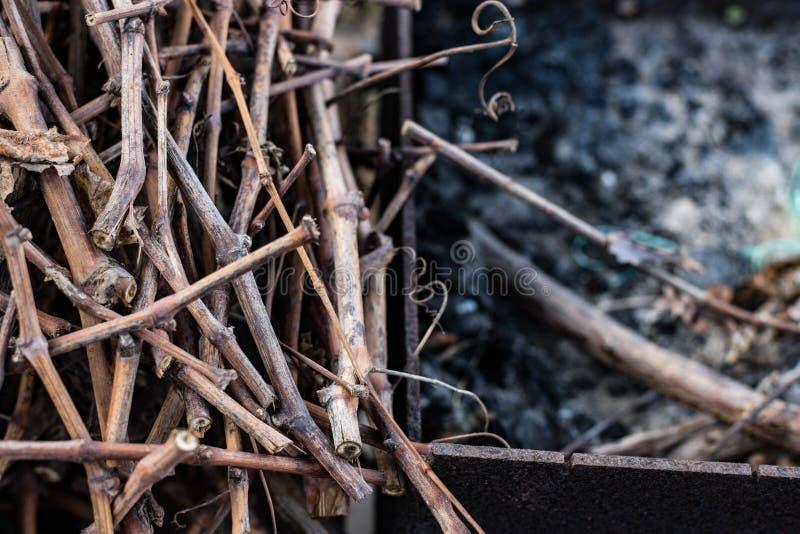 Малая древесина для разжигать в дворе страны Взгляд сверху стоковое фото