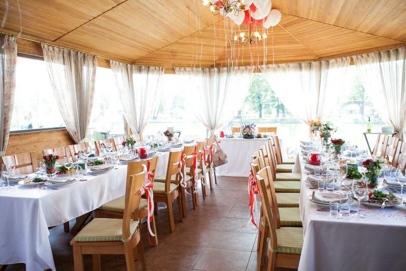Малая зала банкета с цветками и воздушными шарами стоковая фотография
