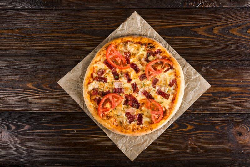Малая мини пицца мини, миниатюрный на бумаге выпечки на темноте сватает стоковые фотографии rf