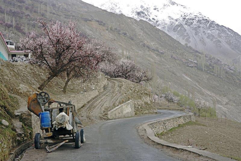Малая разрушенная автостоянка автомобиля машинного оборудования на дороге с blossum вишни стоковые фото