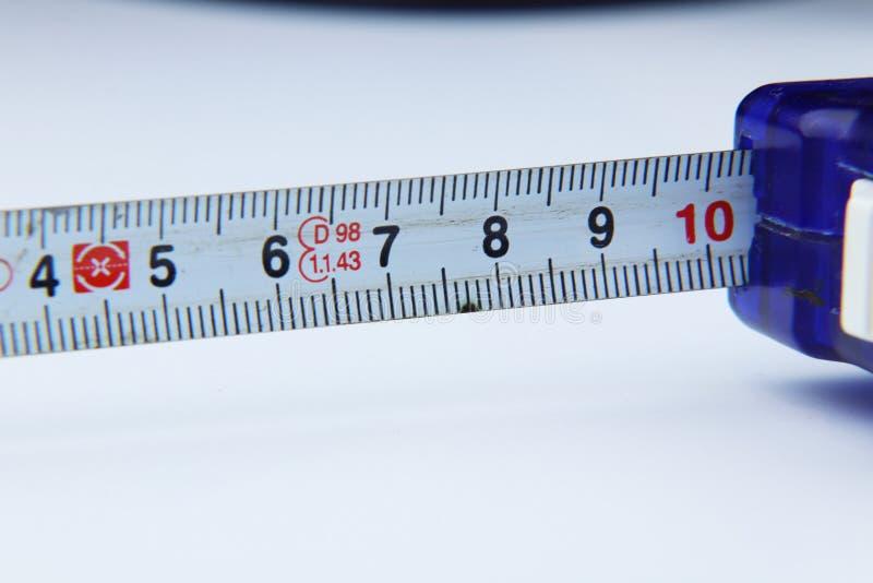 Малая рулетка для измерять некоторую длину дома или на работе стоковые фото