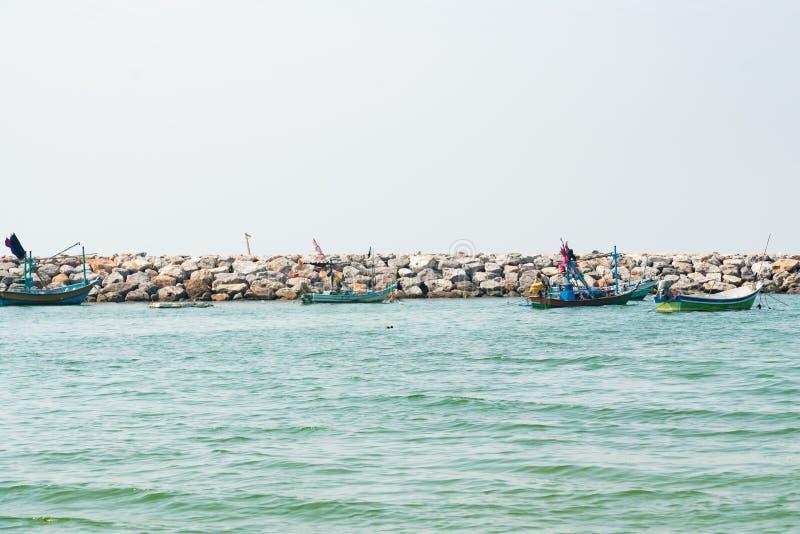 Малая рыбацкая лодка над горизонтом океана берега моря стоковое изображение rf