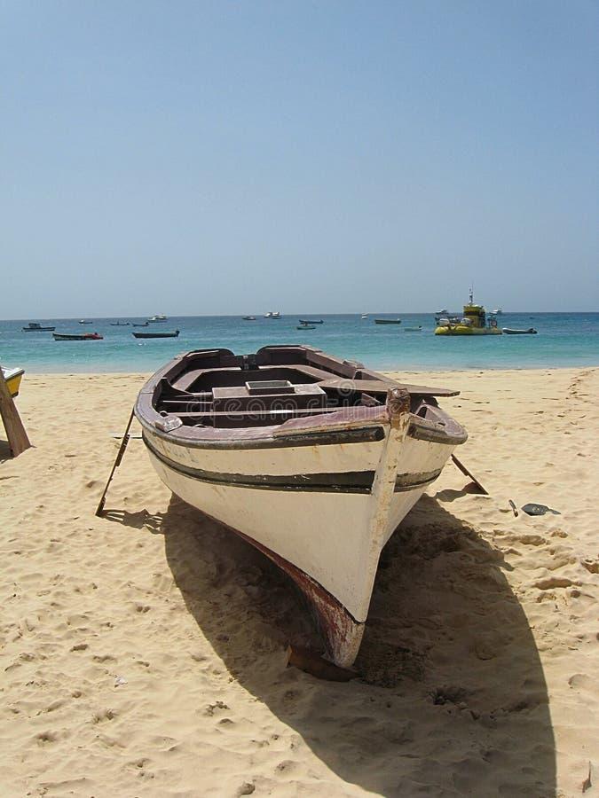 Малая рыбацкая лодка на пляже на Santa Maria на соли, Кабо-Верде стоковые изображения