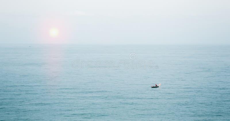 Малая рыбацкая лодка плавая в красивое море стоковые фотографии rf