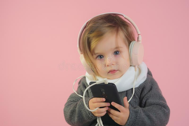 Малая счастливая девушка мода ребенк зимы потеха отца ребенка имея играть совместно усмехаться ребенка маленькой девочки детство  стоковое изображение rf