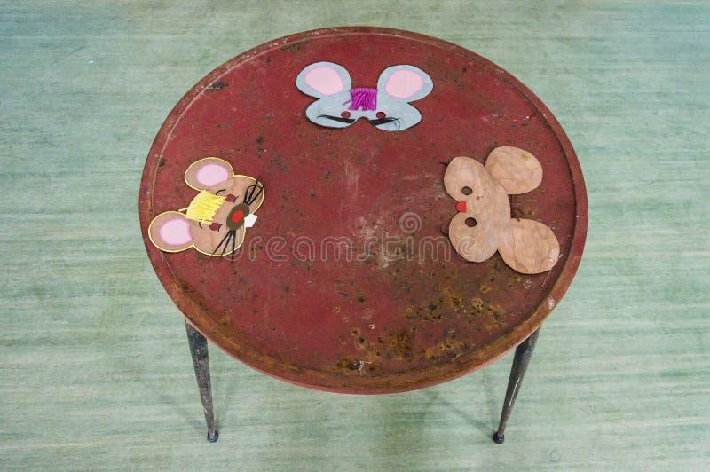 Малая таблица с мышами нарисованными рукой стоковые фотографии rf